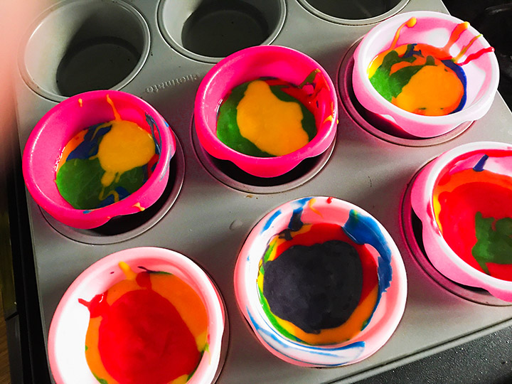 Set back and let your toddler creative tasty masterpieces with this yummy cake mix. (Duff Tie-Dye Premium Cake Mix)